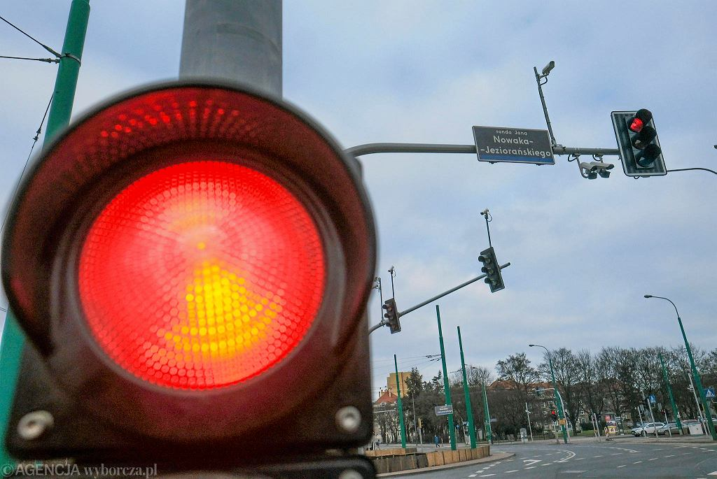 Kamery systemu wyłapującego samochody przejeżdżające na czerwonym świetle