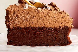 Idealny na walentynki 2020 przepis na podwójnie czekoladowy tort z musem z chili i płatkami soli