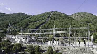 Norwegia czerpie 94 proc. energii elektrycznej z siły wody. Na zdjęciu: wodospad 'uwięziony' w rurach napędza turbiny elektrowni