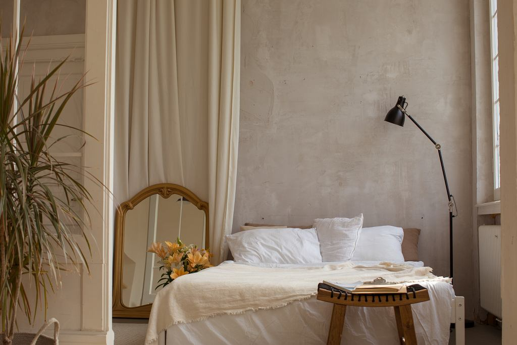 Czysta i stylowa sypialnia.