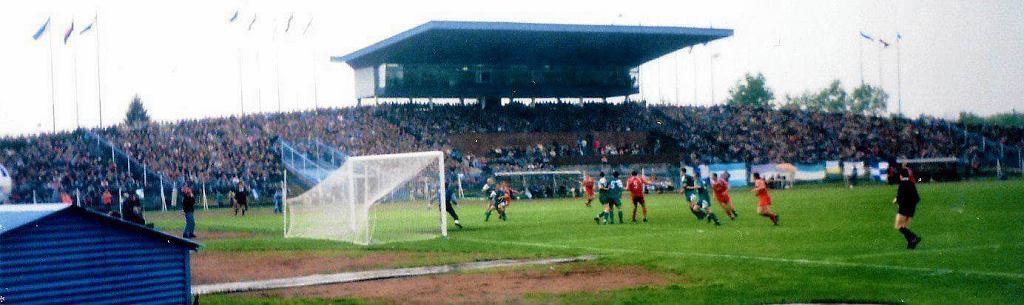 1995 r. Pierwszy mecz ówczesnej Petrochemii z Legią (0:0). Na uwagę zasługuje wspaniała frekwencja na trybunach. Zarówno zachodniej...