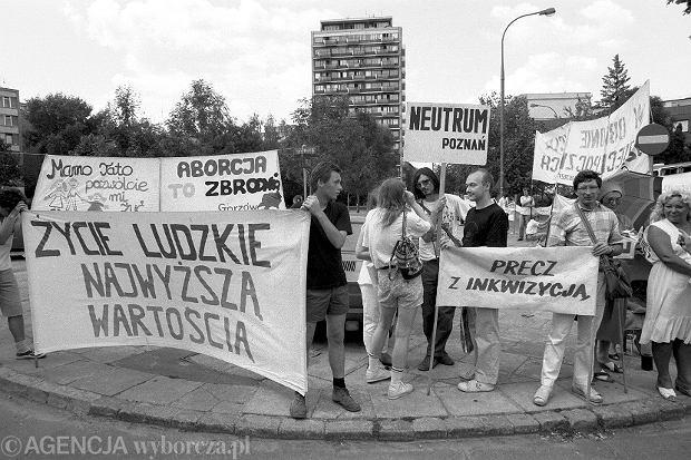 Protesty zwolenników i przeciwników prawa do aborcji rozpoczęły się niemal natychmiast po wyborach czerwcowych w 1989 r. i cyklicznie wracają, gdy tylko jedna lub druga strona stara się o zaostrzenie albo liberalizację przepisów. Na zdjęciu pikieta zwolenników i przeciwników pod Sejmem 24 lipca 1992 r.