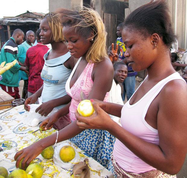 Heban i kość słoniowa: podróż do Abidżanu, podróże, afryka, Kobiety na targu obierają pomarańcze