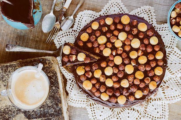 Miodowe ciasto z orzechami laskowymi