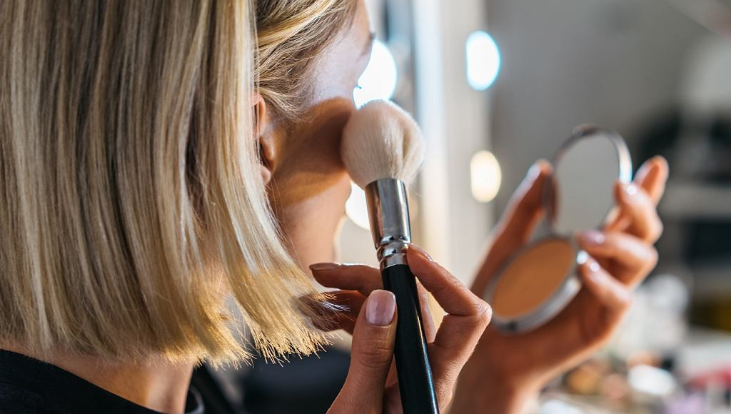 Taki makijaż jest kiczowaty i dawno niemodny. Nie maluj się tak, jeśli nie chcesz postarzać się o 15 lat (zdjęcie ilustracyjne)