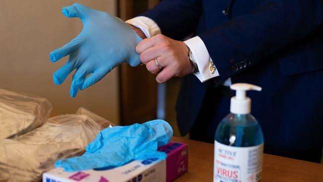 Nowe obostrzenia w związku z epidemią koronawirusa. Czy w sklepie musimy mieć własne rękawiczki?