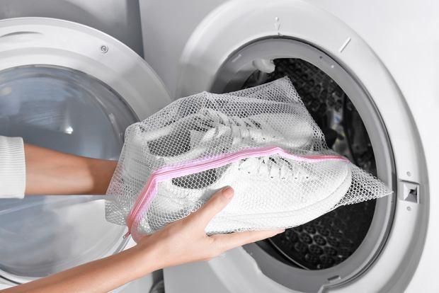 Jak prać buty? Sprawdzone sposoby na pranie butów sportowych