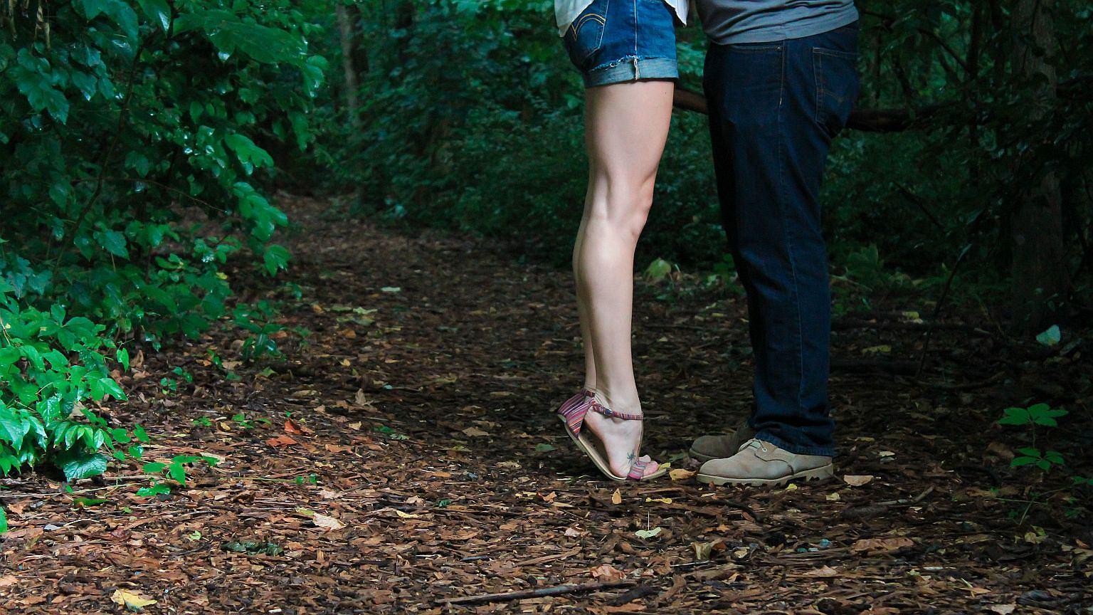 Żonaty mężczyzna umawiający się z samotną kobietą