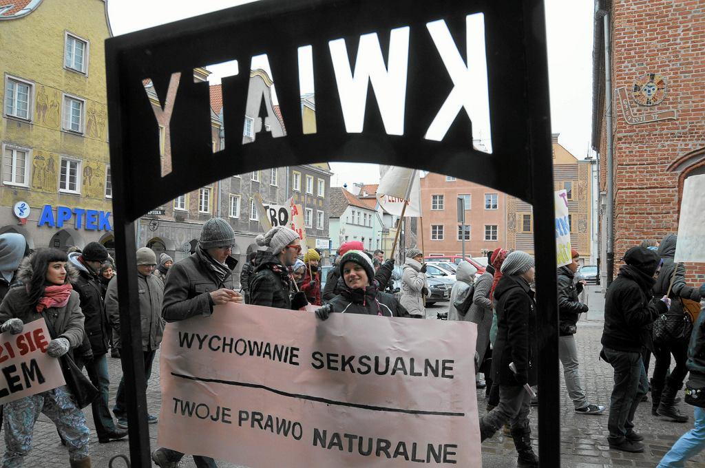 Manifestacja środowisk lewicowych w Olsztynie, odbywająca się pod hasłem: 'Wychowanie seksualne - twoje prawo naturalne ' (fot . Robert Robaszewski / Agencja Gazeta)