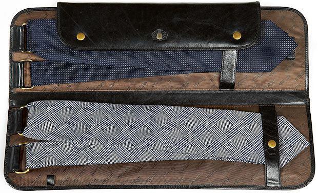 Akademia stylu: jak spakować walizkę, akademia stylu, moda męska, Etui do przewożenia krawatów z kolekcji, Wittchen, skóra, cena: 799 zł, Krawaty z kolekcji Próchnik, jedwab, cena: 149 zł