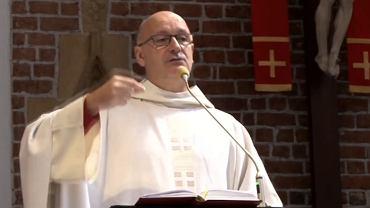 Ojciec Andrzej Kuśmierski podczas niedzielnej mszy