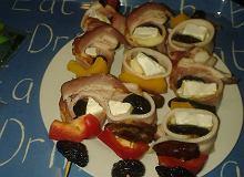 Miętowe szaszłyki z figami, śliwką kalifornijską i serem brie zawiniętą w boczek wędzony - ugotuj