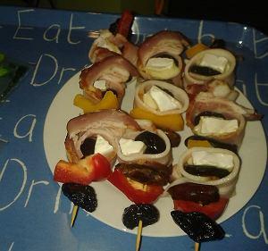 Miętowe szaszłyki z figami, śliwką kalifornijską i serem brie zawiniętą w boczek wędzony