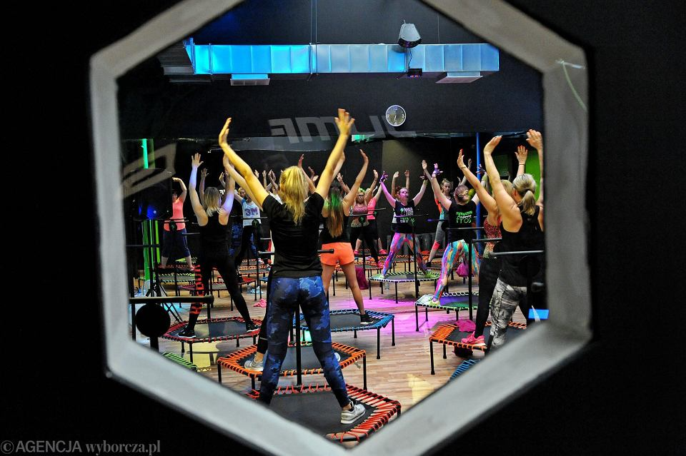 Pandemia koronawirusa. W czwartym etapie odmrażania gospodarki zostaną otwarte kina, teatry, siłownie, baseny. Na zdjęciu: Jumping Frog Centrum, ćwiczenia fitness na trampolinach. Katowice, 6 kwietnia 2017