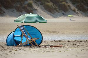 Namiot plażowy czy parasol - co lepiej się sprawdzi?