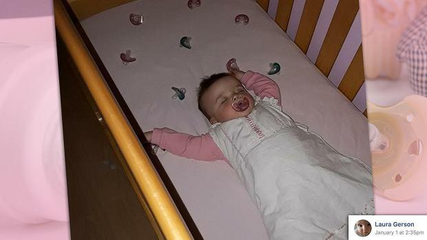 Mama rozłożyła smoczki wokół córki.