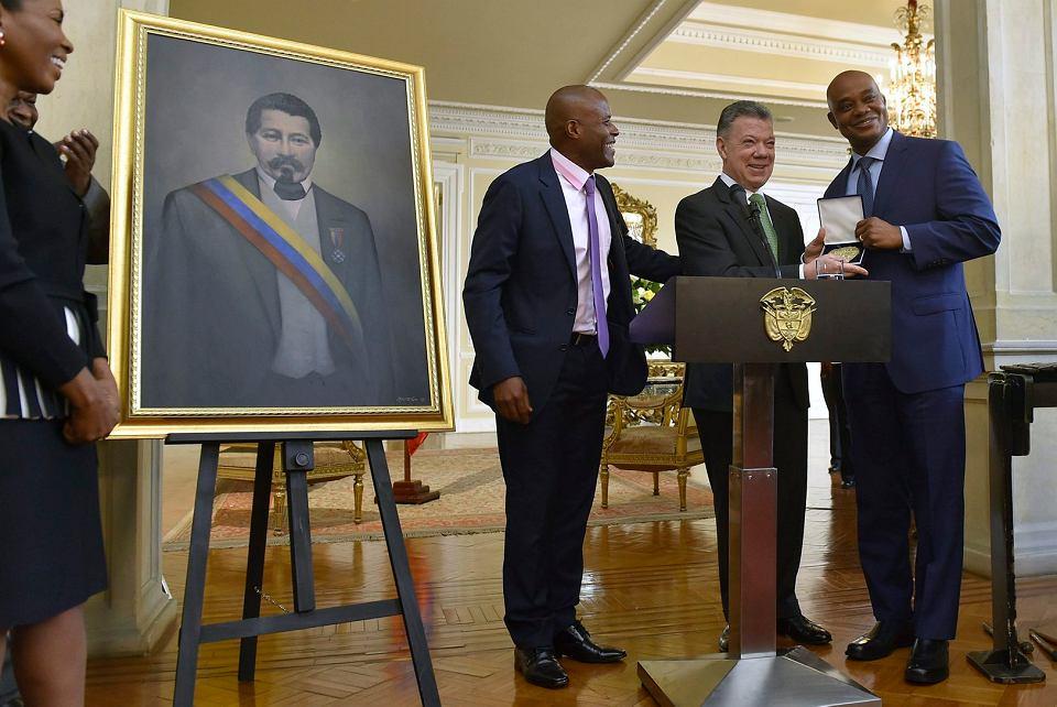 Kolumbijski prezydent Juan Manuel Santos (drugi z prawej) podczas odsłonięcia portretu prezydenta Kolumbii Juana Jose Nieto w Pałacu Prezydenckim w Bogocie, 2 sierpnia 2018 r.