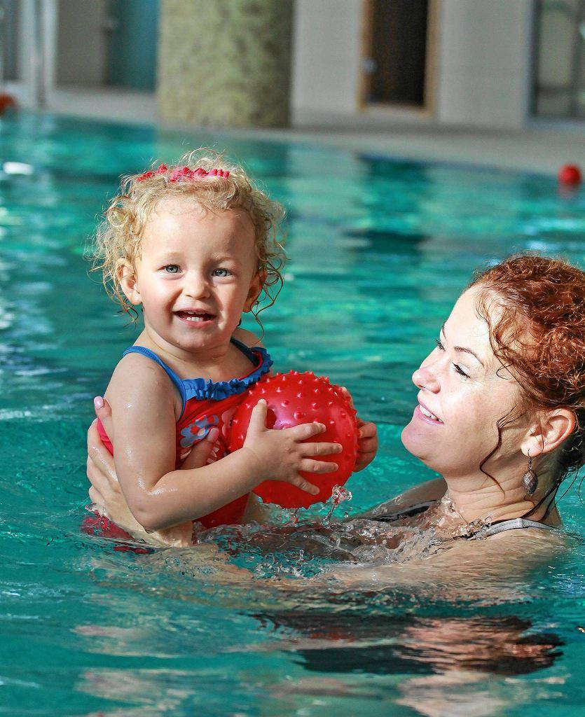 Julianka oswajała się z wodą na kursie, teraz chodzi z rodzicami na basen indywidualnie.