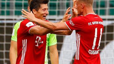 Robert Lewandowski i Mickael Cuisance w meczu Bayern - VfL Wolfsburg