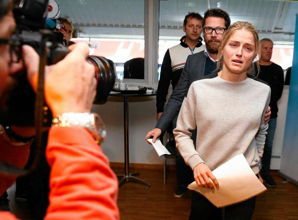 Therese Johaug wchodzi na konferencję prasową na której wyjaśniała przyczynę wpadki dopingowej
