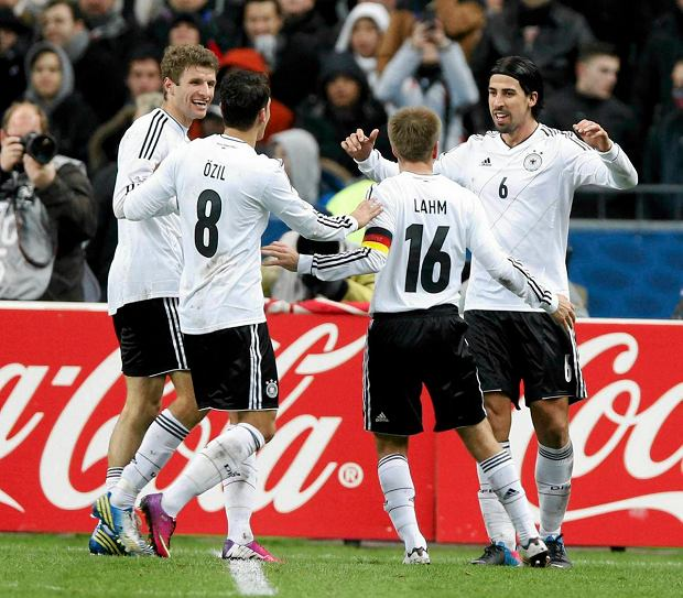 Germany's Sami Khedira (R) celebrates with team mates Thomas Muller (L), Mesut Oezil (2ndL) and Philipp Lahm (2ndR)  after scoring a goal against France during their international friendly soccer match at the Stade de France stadium in Saint-Denis, near Paris, February 6, 2013.    REUTERS/Charles Platiau (FRANCE  - Tags: SPORT SOCCER)   SLOWA KLUCZOWE: :rel:d:bm:LR1E9261PPJLK