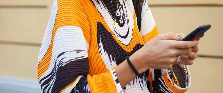 Bluzki do pracy dla kobiet po 50-tce: wygodne i stylowe modele