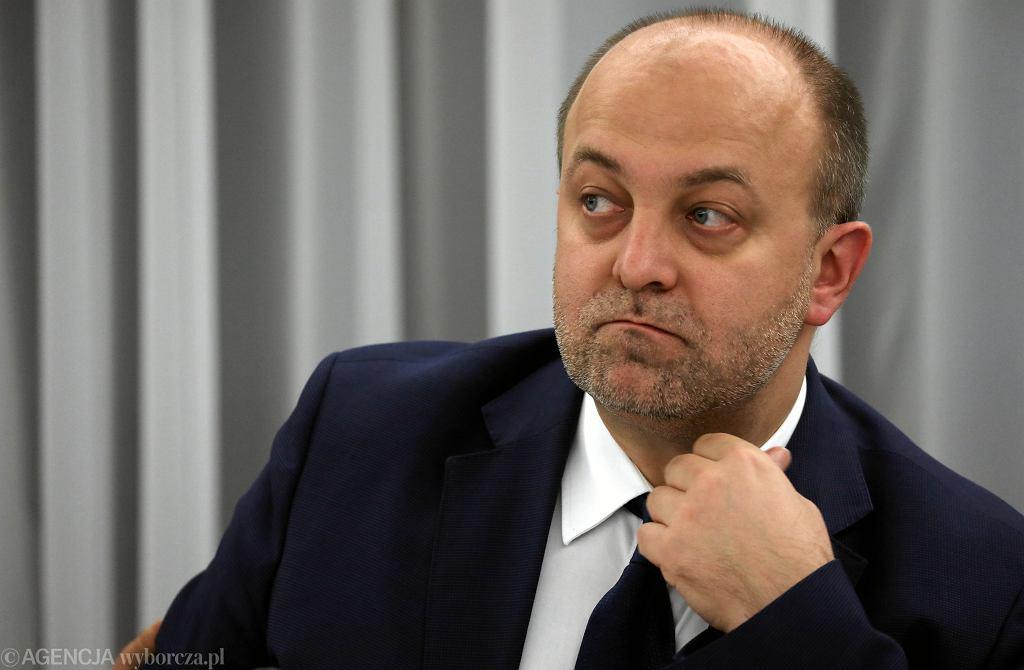 Wiceminister sprawiedliwości Łukasz Piebiak stoi za hejtem wobec sędziów nieprzychylnych PiS. Wśród komentarzy pojawiają się słowa o dymisji