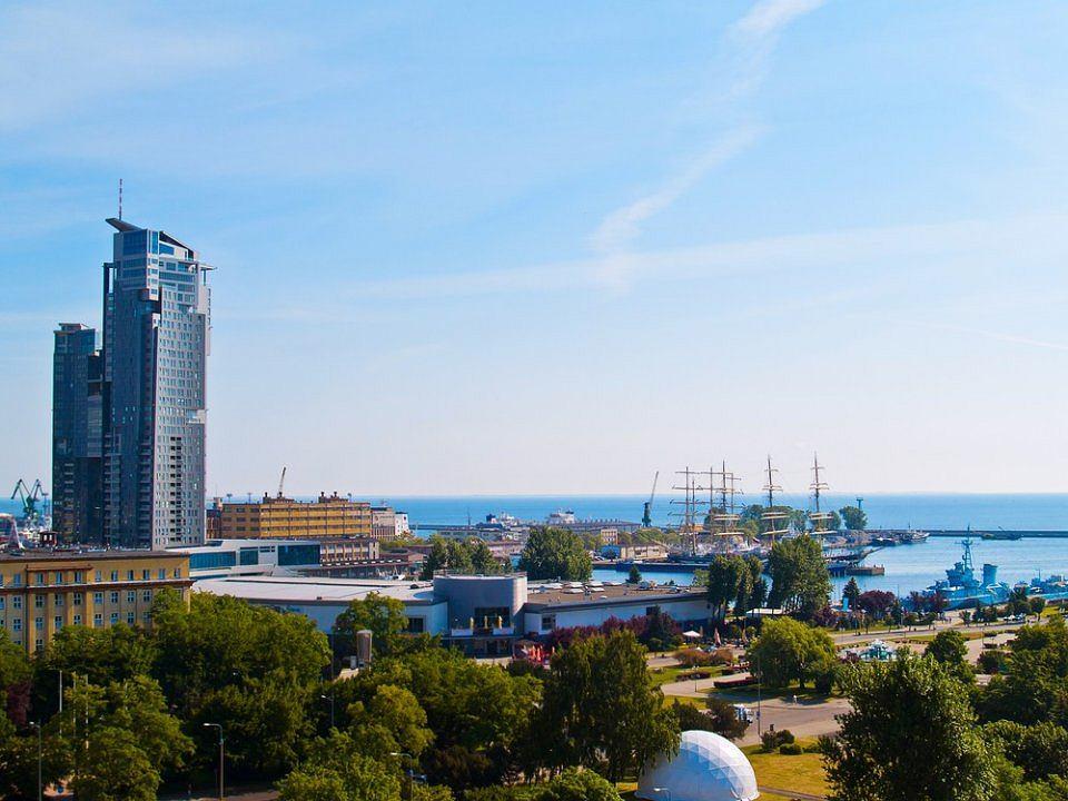 Gdynia. Warto polecić, bo to młode, ale nowoczesne i bardzo sympatyczne miasto. W Gdyni panuje idealna symbioza między jej miejskim i wakacyjnym obliczem. Jest tu wszystko czego można oczekiwać po dużym mieście, ale są też zaciszne tereny nadmorskie, dobrze zagospodarowana plaża i promenada. W Gdyni miasto i morze wzajemnie się uzupełniają.