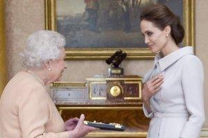 Królowa Elżbieta II i Angelina Jolie w Pałacu Buckingham