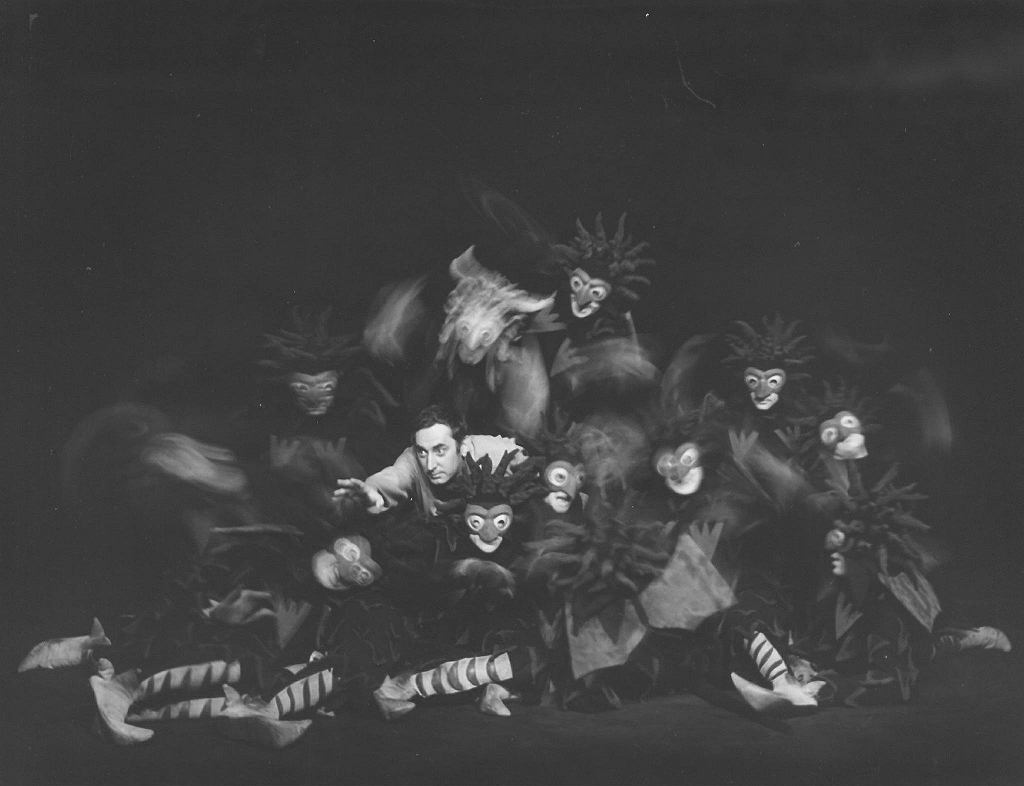 Spektakl 'Dziady', w reżyserii Kazimierza Dejmka, pośrodku Gustaw Holoubek / Franciszek Myszkowski/Archiwum Artystyczne Teatru Narodowego