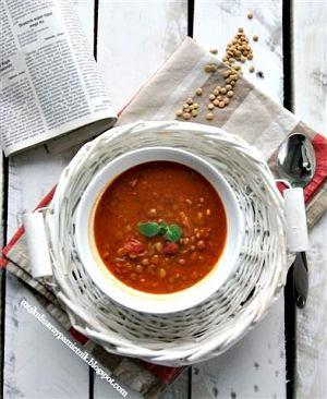 Zupa pomidorowa z soczewicą i masłem orzechowym