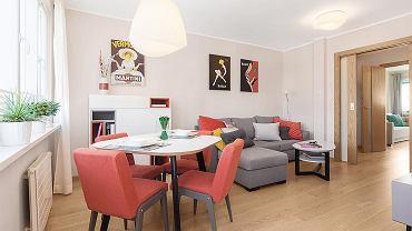 W salonie wyznaczono aneks jadalny i strefę wypoczynkową. We wnętrzu są tylko niezbędne meble.