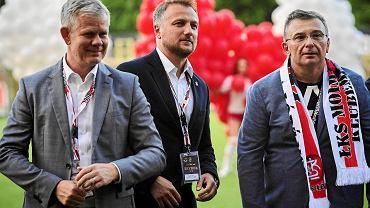 Adam Kaźmierczak (z lewej) oraz prezesi ŁKS: Tomasz Salski i Dariusz Łyżwa