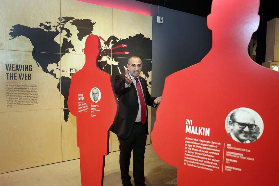 Avner Avraham, były agent Mosadu i jeden z szefów operacji uprowadzenia Adolfa Eichmanna z Argentyny stoi wśród sylwetek jedenastu agentów, którzy z powodzeniem przeprowadzili akcję, Muzeum Dziedzictwa Żydowskiego, Nowy Jork, 14 lipca 2017 r.