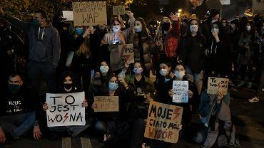 Protest w sprawie zakazu aborcji. Drugi wtorkowy protest przed Sejmem w Warszawie, sprowokowany oświadczeniem Jarosława Kaczyńskiego, prezesa PiS, który wypowiedział się wieczorem na temat manifestacji przetaczających się przez kraj po ubiegłotygodniowym orzeczeniu Trybunału Julii Przyłębskiej ws. dopuszczalności aborcji