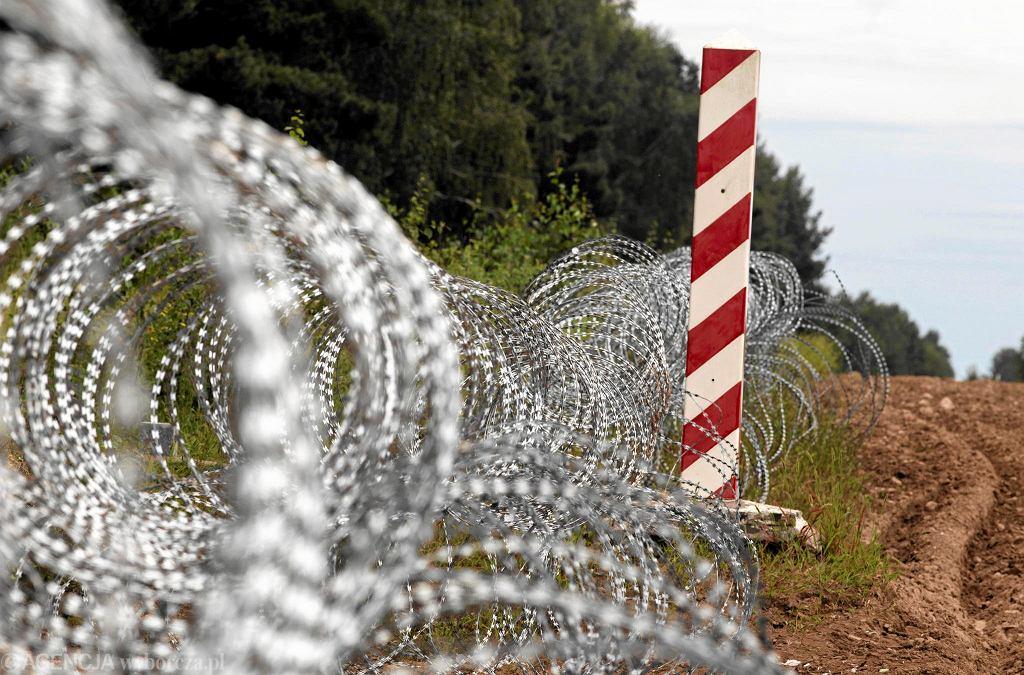 Zaczątki 'płotu Błaszczaka' - zasieki z drutu kolczastego na granicy polsko-białoruskiej. Usnarz Górny, 24 sierpnia 2021