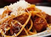 Spaghetti z pomidorowym sosem z klopsikami z mięsa wołowego - ugotuj