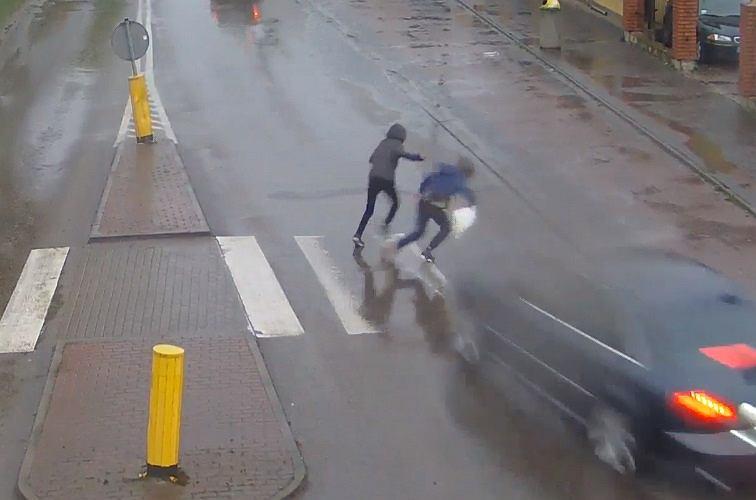 Łuków. Mężczyzna kierując audi potrącił przechodzących po przejściu 14-latków