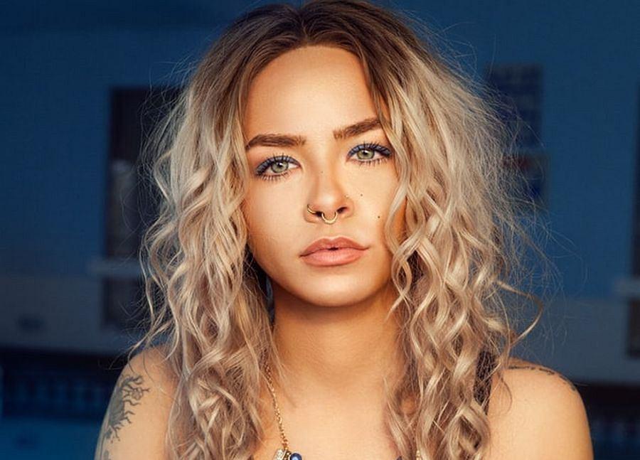 Włosy na pasek od szlafroka - kobiety oszalały na punkcie tej metody stylizacji. Efekt? Piękne loki i większa objętość pasm
