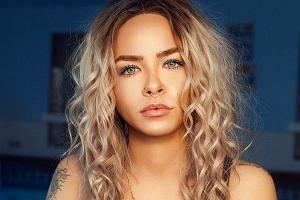 Banalnie prosty i szybki sposób na piękne i naturalnie wyglądające fale na włosach. Ta metoda robi furorę w sieci!