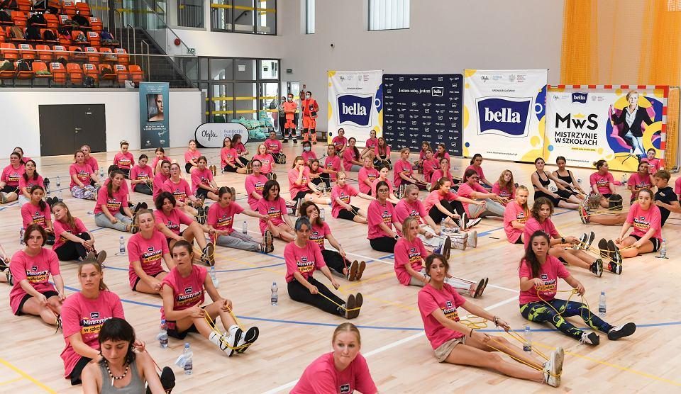 Zdjęcie numer 2 w galerii - Anna Puławska zachęca dziewczęta do zajęć z wychowania fizycznego.