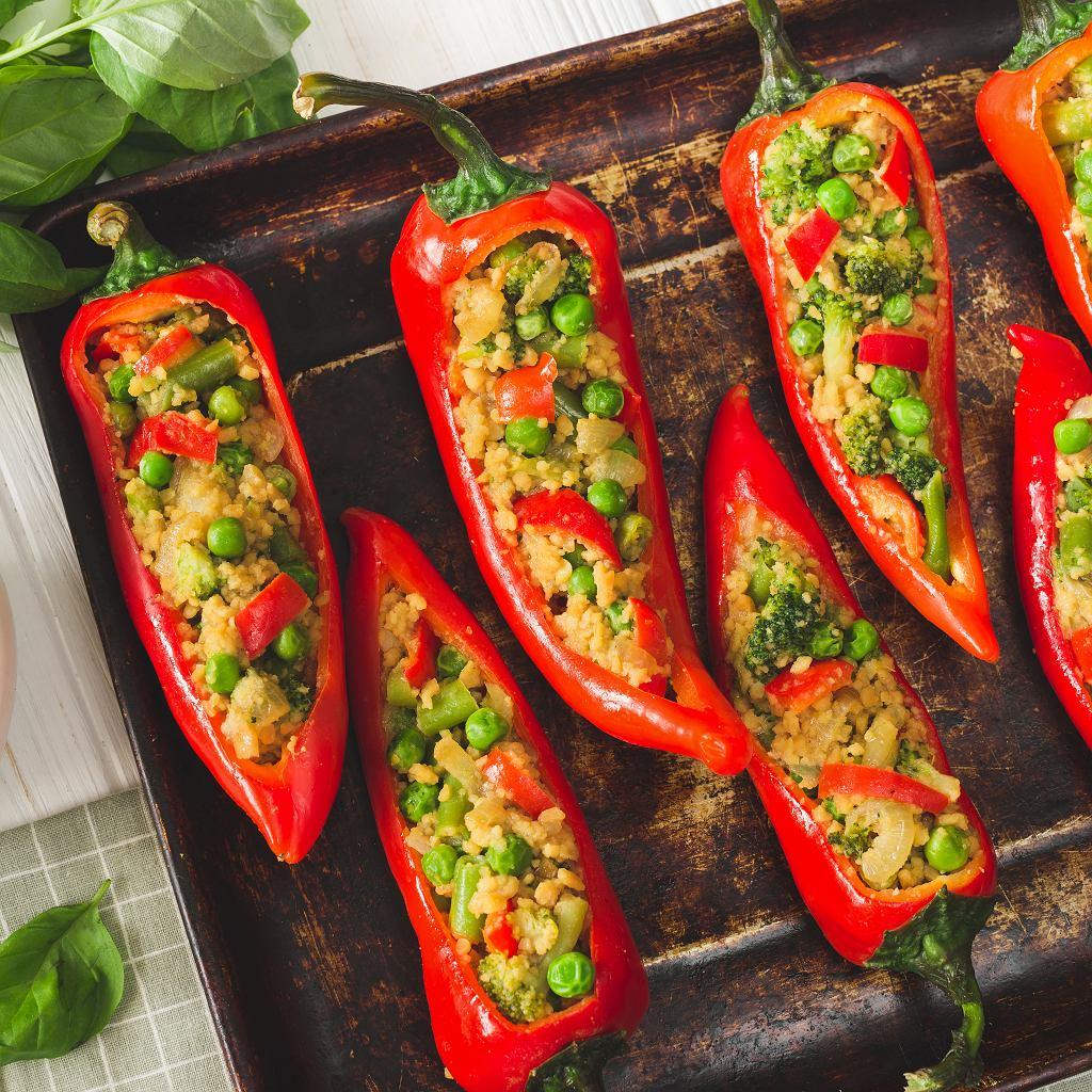 Pieczona papryka z kaszą jaglaną i warzywami