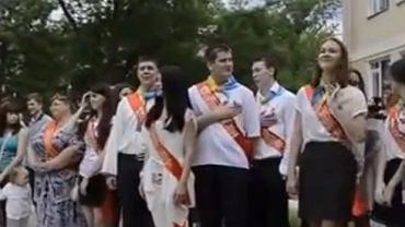 Krymska Jałta, koniec roku szkolnego. Puszczają hymn Rosji. Uczniom się to nie spodobało