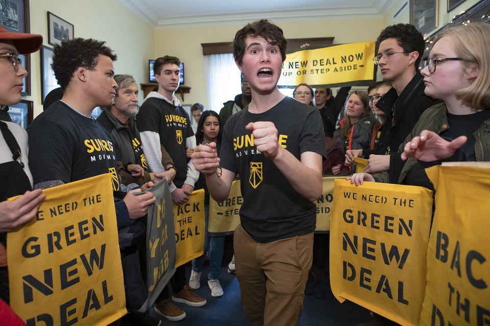 Nowa agenda Demokratów. Aktywiści Partii Demokratycznej z apelami o poparcie dla Green New Deal przed biurami senatorów na Kapitolu. Jedną z twarzy akcji jest najpopularniejsza obecnie kongresmenka USA Alexandria Ocasio-Cortez