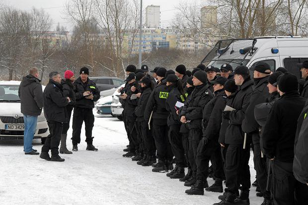 Policjanci podczas odprawy przed poszukiwaniem zaginionego 6- letniego dziecka, Olsztyn 2014