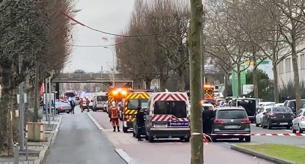 Nożownik zaatakował przechodniów w parku pod Paryżem