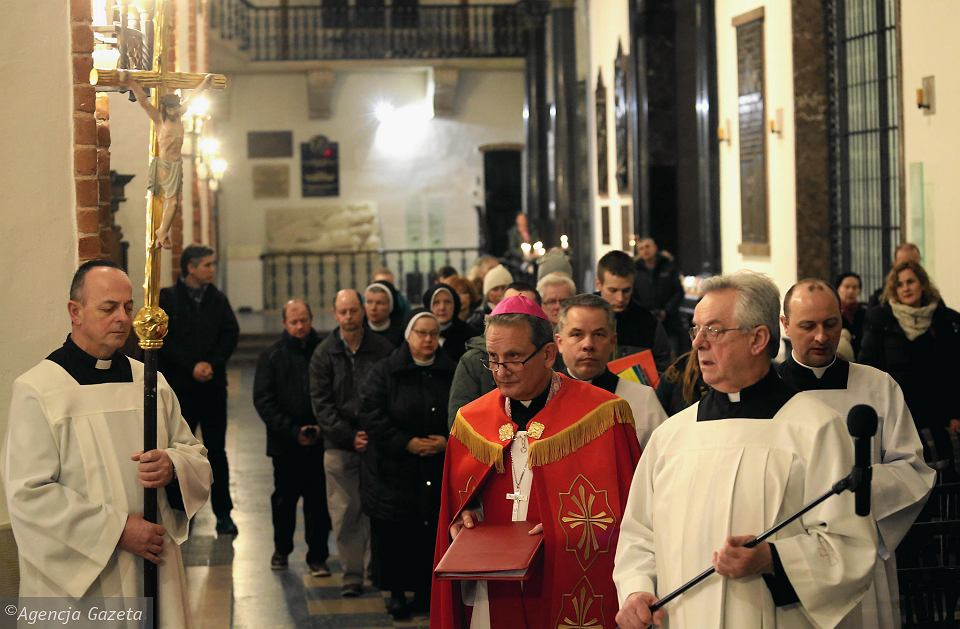 Podobne gesty w Kościele to wciąż rzadkość, księża zwykle stronią od poruszania tematów przemocy seksualnej.