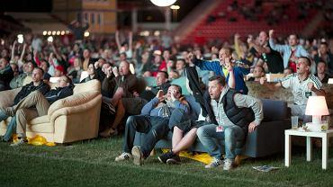 Tak kibice na świecie oglądają mecze brazylijskiego mundialu. Według szacunków, choć urywek meczu MŚ 2014 powinna zobaczyć ponad połowa populacji Ziemi<br><br> Brazylia - Chorwacja na kanapach, ustawionych na stadionie 1.FC Union w Berlinie