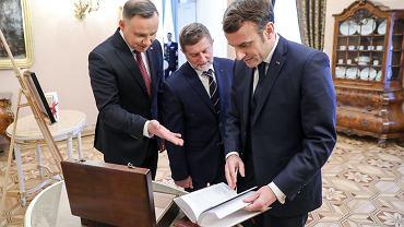Andrzej Duda przekazał prezydentowi Francji francuskojęzyczne wydania polskich noblistów - Henryka Sienkiewicza oraz Olgi Tokarczuk