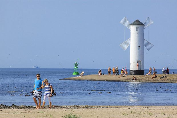 Świnoujście ma najszerszą naturalną plażę w Polsce - osiąga ona do 150 metrów szerokości. Zadbana, piaszczysta plaża liczy kilometr długości i ciągnie się aż do granicy Niemcami. Jej skrajem prowadzi drewniana kładka spacerowa.